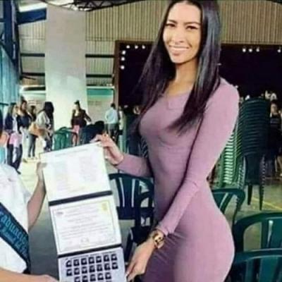 A felicidade de um pai ao receber o diploma do filho.