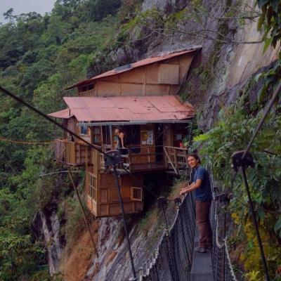 Você passaria uma noite nesta cabana na montanha situada na encosta de um penhas