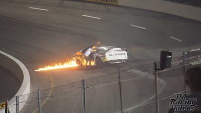 Carro de corrida pega fogo e motorista é salvo pelo próprio pai