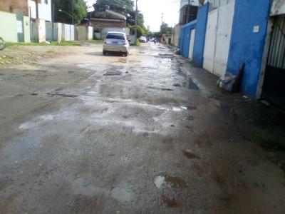 Rua foi calçada pela metade