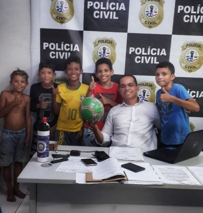 Crianças vão a polícia após vizinha tomar bola
