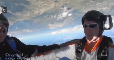 Paraquedista pula na hora errada e quase acerta montanha