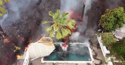 Drone mostra o que acontece quando lava invade uma piscina