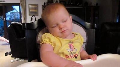 Alguns bebês simplesmente não conseguem ficar acordados