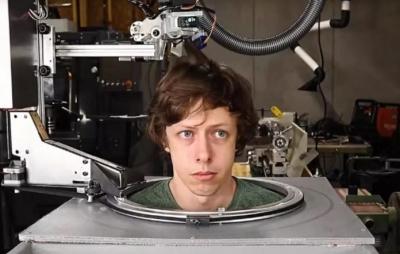 Robô cabeleireiro corta cabelo de youtuber durante a quarentena