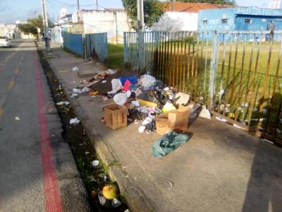 Calçada de praça cheia de lixo