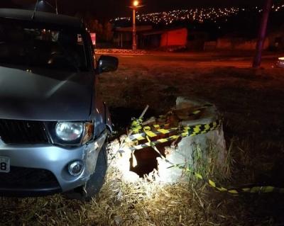 Que azar: Homem bate carro, desce para ver estrago e cai em poço