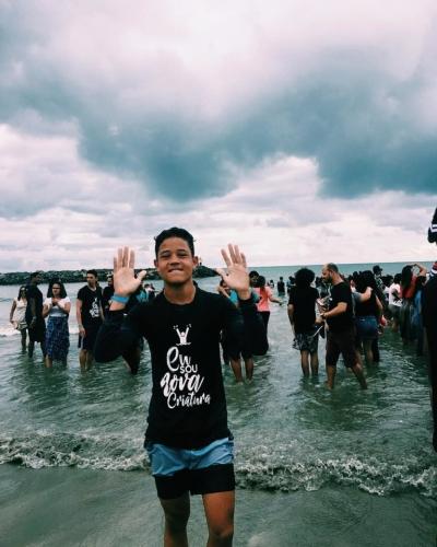 Mais de 500 pessoas são batizadas em praia de Pernambuco
