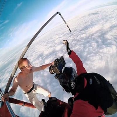 Que insano! Homem salta de um balão sem paraquedas