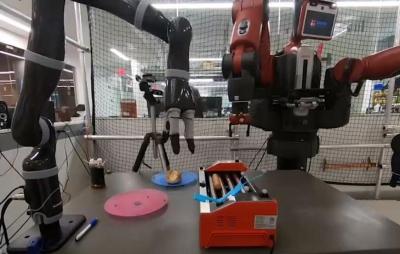 Robô cozinha e serve hot dog