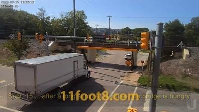 Eles aumentaram a ponte, mas os caminhões continuam batendo nela