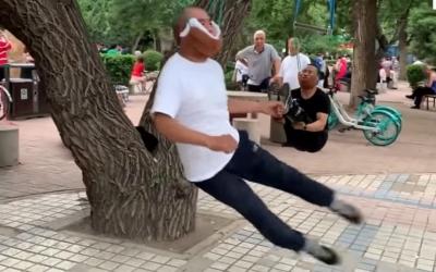 Exercícios bizarros ajuda os aposentados a se pendurar pelo pescoço para tratar