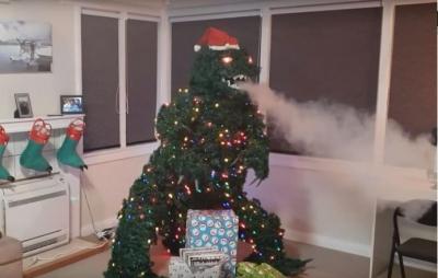 Árvore de Natal com formato do Godzilla é leiloada