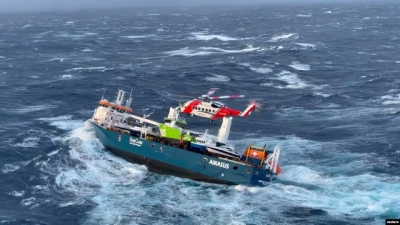 Veja o resgate de tripulantes feito por helicóptero