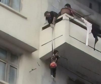 Mulher pendura neto em corda na sacada de prédio para salvar gato