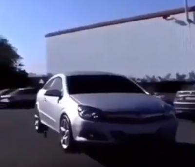 Veja o quê acontece quando se conecta um mouse no carro
