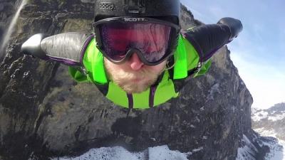 Voando através de uma cachoeira e gravando tudo
