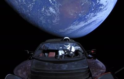 Carro de Elon Musk continua em órbita