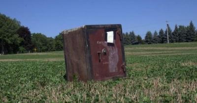Cofre misterioso descoberto no meio do campo de Nova York mas ninguém sabe o que