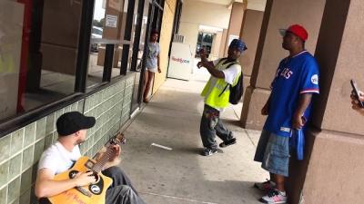 Estranhos se juntam e cantam juntos na rua