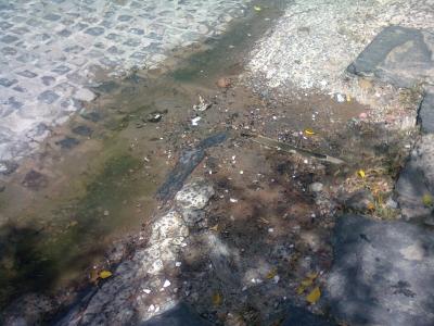 Cano jorrando água na Major Felipe