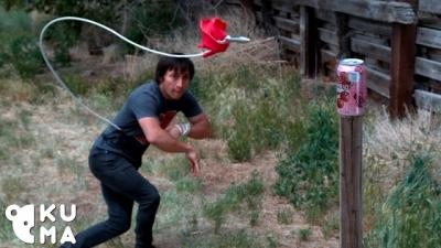Homem mostra habilidades incríveis com rope dart