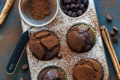 Receitas de muffins verde e de chocolate para garantir energia no trabalho
