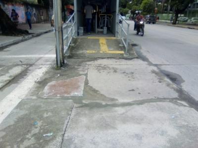 Buraco na rampa de estação foi fechado (Antes e Depois)