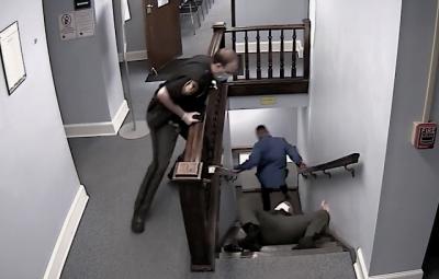 Policial se joga em escada para pegar fugitivo... e erra