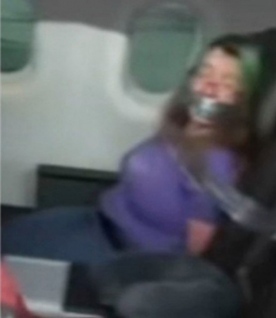 Mulher tenta abrir porta de avião e é presa a assento com fita adesiva