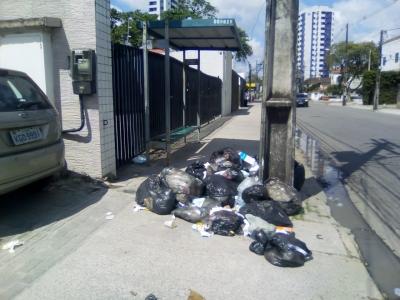 Lixo na parada de ônibus
