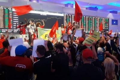 Manifestantes do MTST ocupam prédio da Bolsa de Valores em protesto