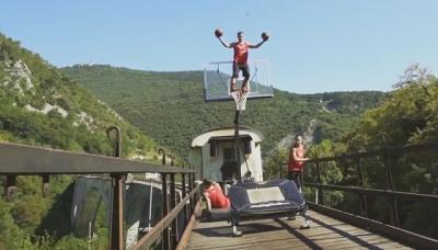 Enterrando no basquete em um trem em movimento