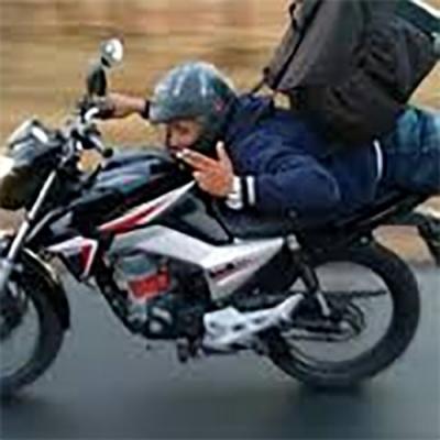 Quando o motoboy chega pra entregar