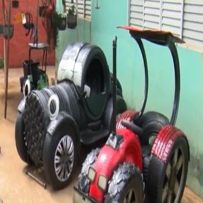Artesão transforma pneus velhos em obras de arte
