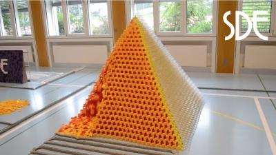 A maior pirâmide de dominós do mundo