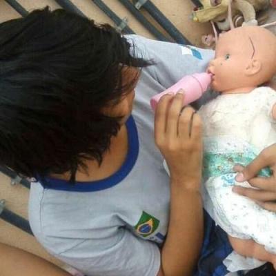 Emo amamentando um bebe