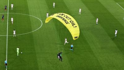 Homem tenta voar em estádio e cai na frente de milhares