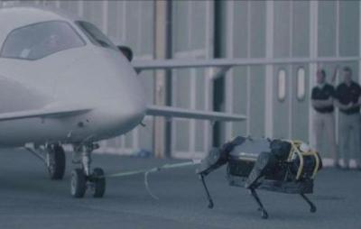 Cão robô puxa avião de três toneladas