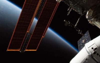 Pedaço da roupa espacial de um astronauta se solta durante caminhada