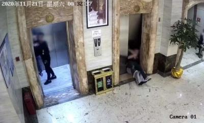 Bêbados se jogam em fosso de elevador após quebrar porta