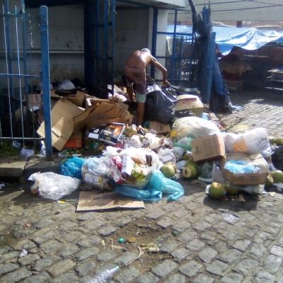 Catando lixo para comer