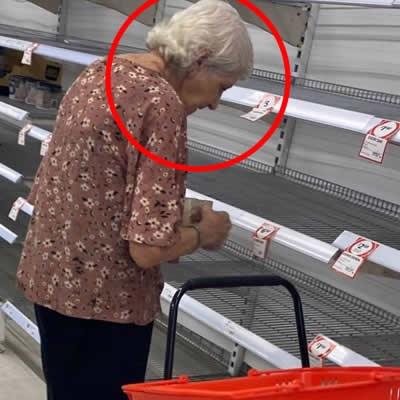 CORONAVÍRUS: Idosa chora ao ver prateleiras vazias em supermercado