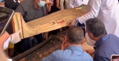 Sarcófago de 2,5 mil anos é aberto em cerimônia pública no Egito