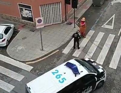 Espanhol descumpre quarentena e caminha pelas ruas vestido de dinossauro
