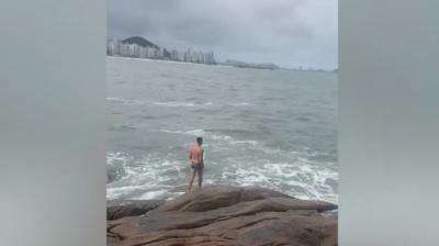 Homem vira herói ao salvar cachorro salsicha arrastado pelo mar em São Paulo