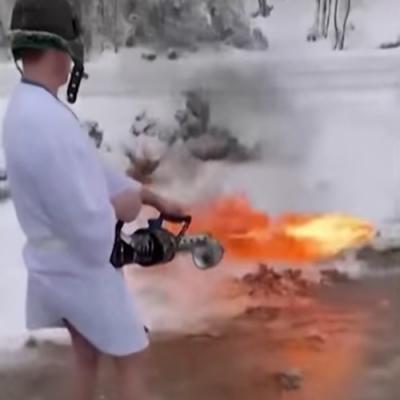Homem usa um lança-chamas para limpar a neve na entrada de sua casa