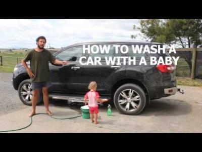 Como treinar o seu bebê para lavar o carro