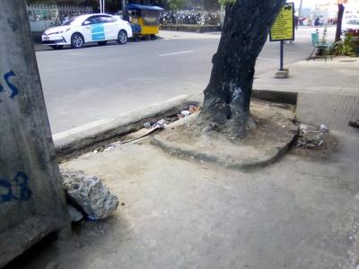 Entulhos caducando em cima da calçada foram removidos (Antes e Depois)