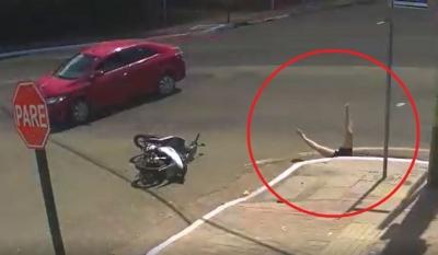 Motociclista cai em bueiro após acidente